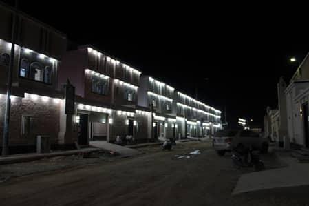 5 Bedroom Villa for Sale in Riyadh, Riyadh Region - اسكن واستثمر بغرب الرياض فيلا درج صالة وشقتين
